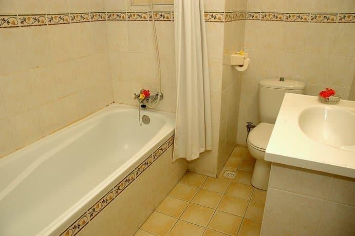 Bali Guest Friendly Hotels - Vilarisi Hotel - Bathroom