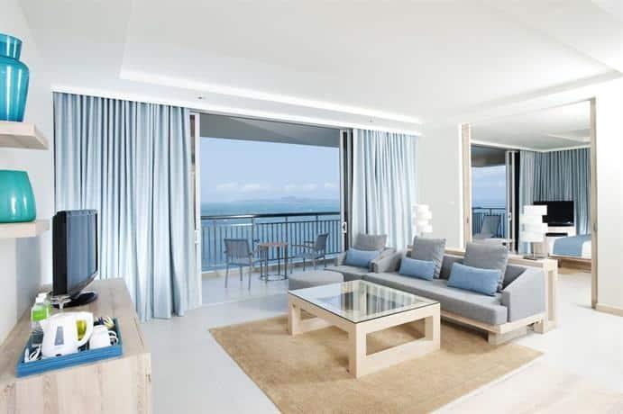 Holiday Inn Pattaya - Delux Bedroom With Balcony