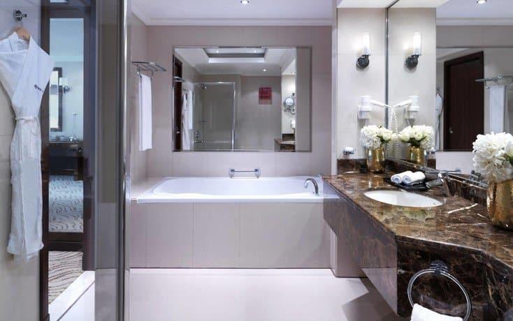Park Regis Kris Kin Hotel Bathroom